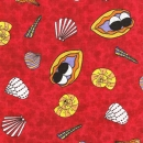 Muscheln und Meeresschnecken auf rotem Hintergrund