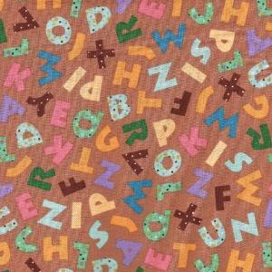 Beigebrauner Basic mit bunten Buchstaben