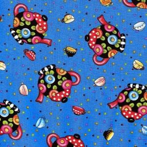 Bunte Teekannen auf blauem Hintergrund